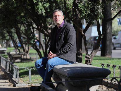 Raúl Magallón Rosa, profesor de la UC3M, autor del libro 'Desinformación y pandemia: la nueva realidad', en el Paseo del Prado el pasado miércoles.