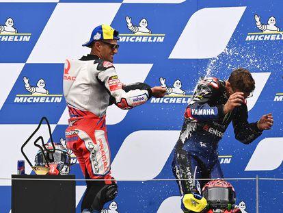 Jorge Martín celebra su triunfo en el GP de Estiria junto al líder del Mundial, Fabio Quartararo.
