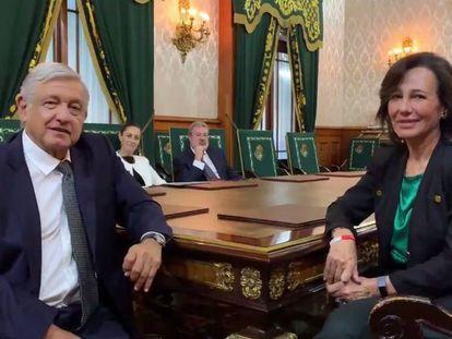 El presidente López Obrador y la presidenta del Grupo Santander, Ana Botín, este lunes en Palacio Nacional.