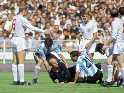 Momentos después de esta escena millones de argentinos veían cómo el colegiado expulsaba a su capitán en el partido contra Inglaterra. Era julio de 1966 y el primer Mundial televisado en Latinoamérica.