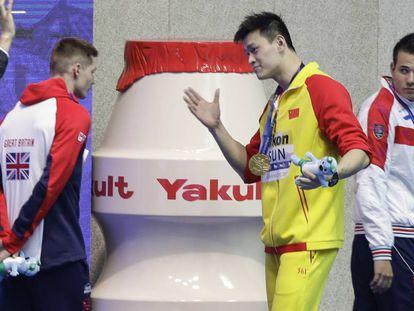 Sun Yang, en el centro, se dirige de forma despectiva a Duncan Scott. a la izquierda, que no quiso posar con él en el podio.