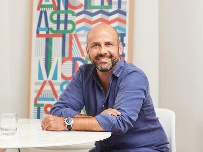 El creativo publicitario Pancho Cassis en su casa de Madrid. Agosto 2021
