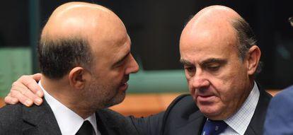 El comisario de Asuntos Económicos Pierre Moscovici (izquierda), dialoga con el ministro de Economía Luis de Guindos.
