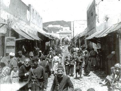 Una calle con mayoría de población judía, en una fotografía de mediados del siglo XIX, localizada por el Archivo Provincial de Cádiz.