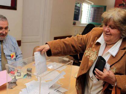 Una mujer vota en la Embajada de España en Montevideo en 2011.