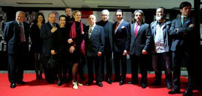 Los galardonados con los premios taurinos y de teatro Ercilla posan juntos este lunes en Bilbao.
