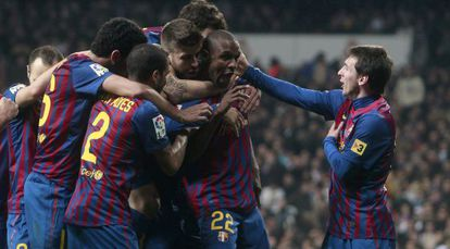 Abidal es abrazado por sus compañeros tras marcar un gol al Madrid.
