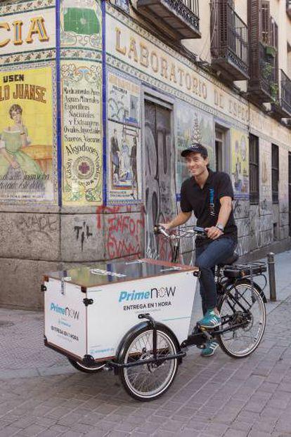 Un repartidor de Amazon con un triciclo en el centro de Madrid.