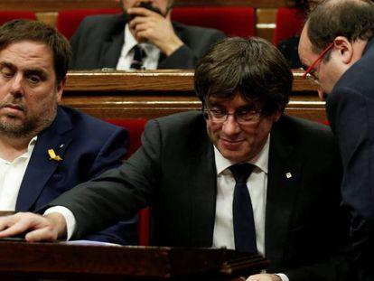 Carles Puigdemont escucha a Miquel Iceta durante el pleno del Parlament este jueves.