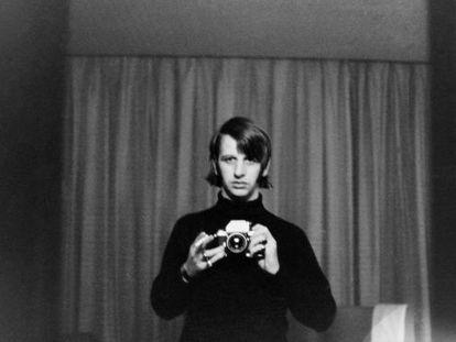 Un veinteañero Ringo Starr, con una de las cámaras con las que fotografiaba las aventuras de los Beatles.