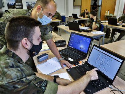 Rastreadores del Ejército, en un momento de su trabajo en la base de Marines (Valencia), el 2 de octubre.