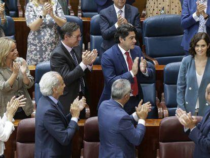 Díaz Ayuso recibe los aplausos de su partido después de su discurso durante la sesión de investidura en la Asamblea en Madrid.