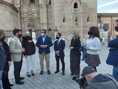 Juan Ávila (en el centro de la imagen, con mascarilla azul) con un grupo de partidarios en el centro de Sevilla este viernes.