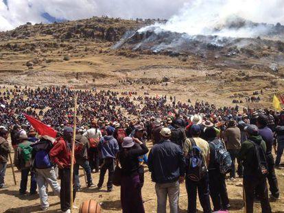 Manifestantes que se oponen al proyecto minero cuprífero Las Bambas.