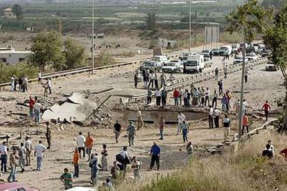 Vista general del puente destruido en Al Damour en la principal autopista libanesa, a 20 kilómetros de Beirut.