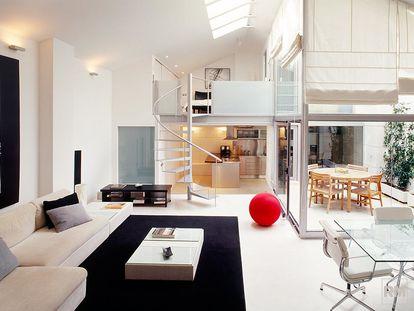 Imagen de la web del estudio de Rocío Monasterio que promociona uno de sus 'lofts' de lujo, con dormitorio, cocina y baño, realizados en 2004 en un inmueble de la calle Molina de Madrid que, en realidad, aún hoy es oficialmente un local comercial.