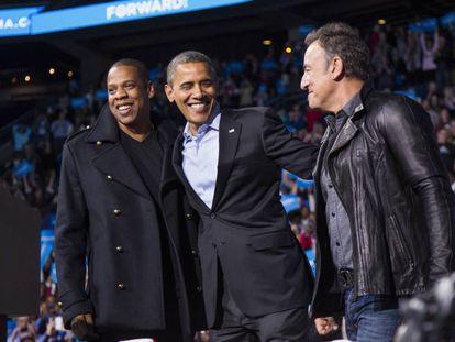 El expresidente Obama flanqueado por el rapero Jay-Z y el cantante Bruce Springsteen durante la campaña de 2010 en Columbus (Ohio).
