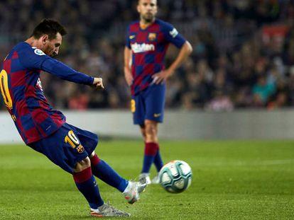 Messi lanza una falta durante esta temporada.