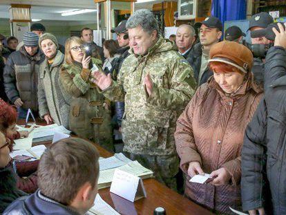 Poroshenko (centro), hoy en Kramatorsk, al este de Ucrania.