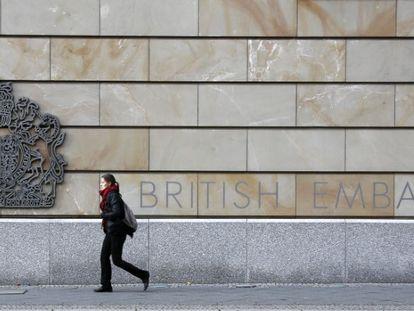 Una ciudadana pasea junto a la Embajada británica en Berlín.