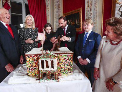 La familia real noruega, en Navidad. De izquierda a derecha el rey Haakon, las princesas Mette Marit e Ingrid Alexandra, los príncipes Haakon y Sverre Magnus y la reina Sonia.