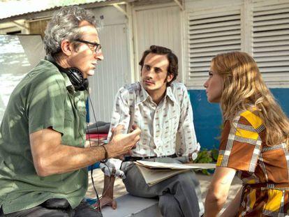 El director Mariano Barroso (izquierda), en el rodaje de 'El día de mañana'.
