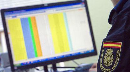 Un agente de Delitos Telemáticos de la Policía Nacional sigue el rastro de un ciberdelincuente.