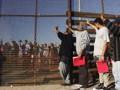 Un grupo de migrantes deportados en Tijuana en enero.