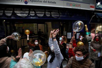 En la administración de Doña Manolita de Madrid festejan haber vendido multitud de premios en la Lotería de Navidad.