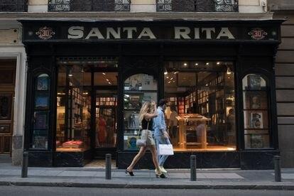 Fachada de la tienda Taschen en Madrid, que ocupa el local de la antigua mercería Santa Rita