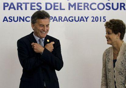 El presidente de Argentina, Mauricio Macri, gesticula ante su homóloga de Brasil, Dilma Rousseff, este lunes en la cumbre de Mercosur en Asunción.