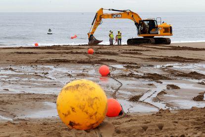 Algunos trabajadores participan en los trabajos de tendido de un cable submarino de Google en Sopela (Bizkaia).
