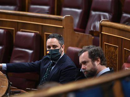 El líder de Vox, Santiago Abascal, junto al portavoz parlamentario de Vox, Iván Espinosa de los Monteros, durante el pleno del Congreso este jueves en Madrid.