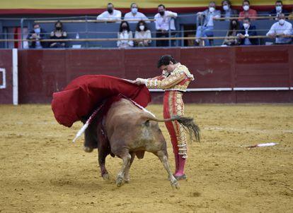 Roca Rey durante su faena en la feria de San Isidro, del Palacio de Vistalegre, el 21 de mayo de 2021. El torero participa en el ciclo de Castellón.