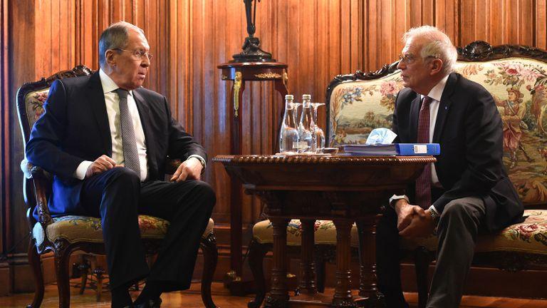 El jefe de la diplomacia europea, Josep Borrell (derecha), habla con el ministro de Exteriores ruso, Serguéi Lavrov, en Moscú la semana pasada.