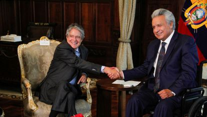 Guillermo Lasso, presidente electo de Ecuador, junto al presidente saliente Lenín Moreno, en una reunión el 19 de abril de 2021.