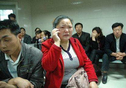 Padres y familiares esperan noticias de sus hijos en el Hospital 3201 de Hanzhong, provincia de Shaanxi (noroeste), tras atacar un hombre armado una guardería, en una imagen distribuida por la agencia Xinhua.