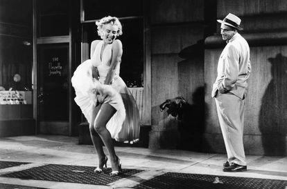 Marilyn Monroe y Tom Ewell en una fotografía publicitaria de 'La tentación vive arriba'.