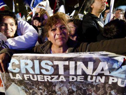 Una simpatizante de Cristina Fernández celebra en la Plaza de Mayo.