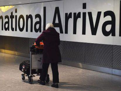 Una pasajera en el aeropuerto de Heathrow en Londres.