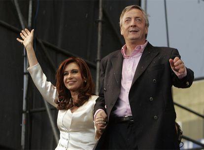 La presidenta argentina, Cristina Fernández, y su marido, Néstor Kirchner, en un acto en La Matanza.