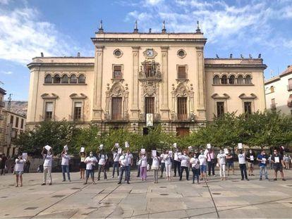 Una concentración de la plantilla de Onda Jaén frente al ayuntamiento el pasado verano.