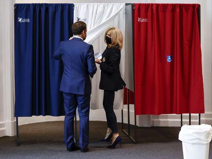 El presidente francés, Emmanuel Macron, y su esposa, Brigitte, se disponen a votar el 20 de junio en Le Touquet (norte de Francia)
