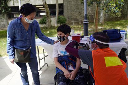 Un niño de 12 años recibe una inyección de la vacuna Pfizer contra la covid-19 en Pasadena, California, el pasado mayo.