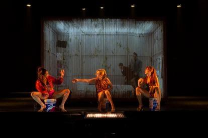 Carolina Yuste, Carmen Machi y Nathalie Poza, en 'Prostitución'.