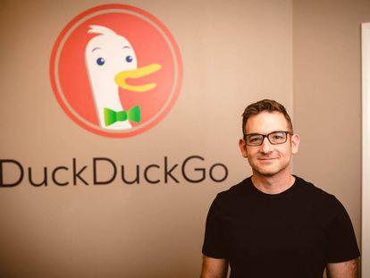 El fundador del buscador DuckDuckGo, Gabriel Weinberg, junto al logo de la compañía.