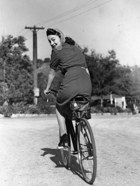 La actriz Olivia de Havilland monta en bicicleta en una imagen en torno a 1938.