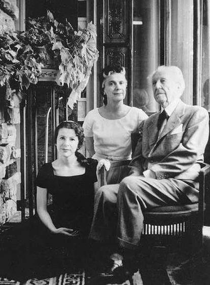 Frank Lloyd Wright con su última esposa, Olgivanna, y la hija de ambos, Iovanna.