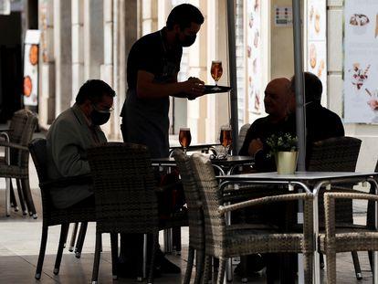 Un camarero atiende una mesa en una terraza del centro de Valencia, este miércoles, 2 de junio.