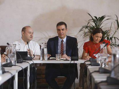 El presidente del Gobierno en funciones, Pedro Sánchez y la ministra de Industria en funciones, Reyes Maroto, junto a representantes de la industria y el turismo. / En vídeo: Declaraciones de Maroto.